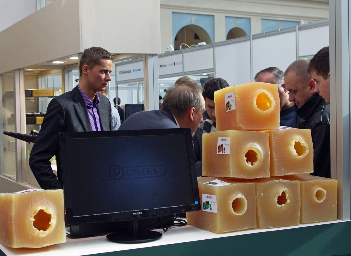 Патроны DDupleks привлекают внимание посетителей выставки Arms & Hunting 2012. На переднем плане результаты отстрела в баллистические блоки.